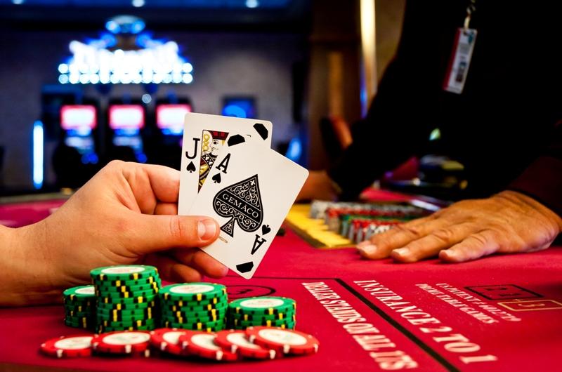 Человек раздающий карты в казино ук за подпольное казино