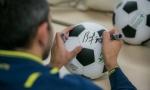 Володько ставит автограф на мяче