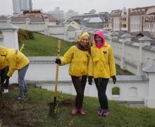 девушки с лопатами