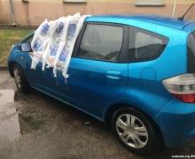 Неизвестные прикрыли разбитое стекло в машине Дашкевича пластиковыми пакетами