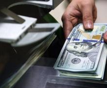 Белорусы продолжают сдавать валюту