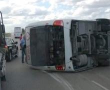 перевернутый автобус