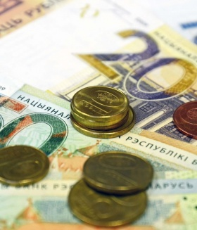 Зарплата белорусов: больше прошлогодней, но меньше декабрьской