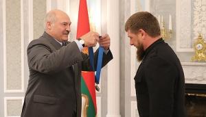Лукашенко, орден и Кадыров. Фото пресс-службы президента