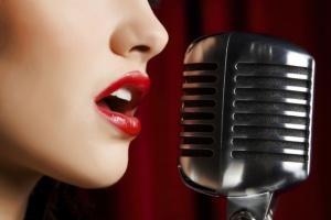 девушка с микрофоном