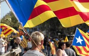 жители Каталонии с флагом