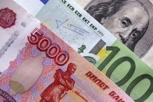 На фоне падения цен на нефть подорожали доллар и евро, российский рубль рухнул