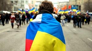 человек в российско-украинском флаге