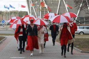 Минск, задержания, девушки, женщины, марш, акция, гулять, бело-красно-белый, зонт, одежда, проспект, Победителей, милиция, столица, Беларусь, силовики, обыск