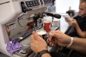 Теперь и в Бресте: первая безбарьерная кофейня «Инклюзивный бариста в А1» открылась в регионах