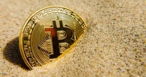 биткоин в песке