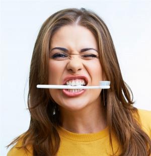 девушка с зубной щеткой