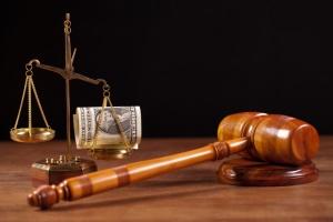 судейский молоток и взятка