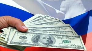 доллары США и российский флаг