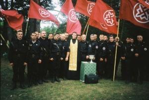 Бурыкин в окружении активистов РНЕ