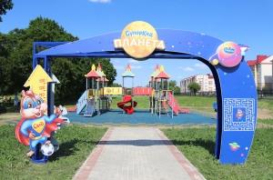 «Савушкин» построил в Березе игровой комплекс и спортплощадку с тренажерами