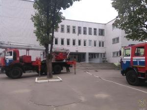 служба МЧС возле школы