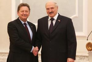 Александр Лукашенко принимает верительную грамоту у Чрезвычайного и Полномочного Посла Украины Игоря Кизима