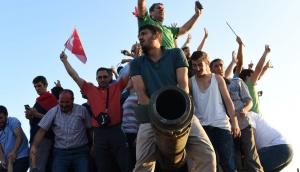 Народ празднует провал переворота в Турции