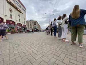 Женщины в белом: акции солидарности прошли по всей Беларуси