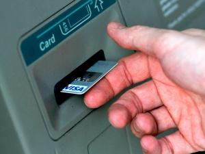 банковская карта в банкомате