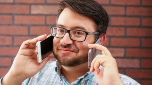 мужчина с телефонами